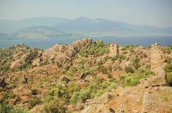 Ajardine com ruínas da cidade bizantina sobre o lago, da reserva natural de Turquia com oliveiras e das montanhas ao redor Foto de Stock Royalty Free
