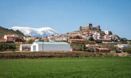Ajardine com ruínas de um castelo em Trasmos, Aragon, Espanha Fotografia de Stock