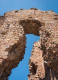 Ajardine com ruínas de um castelo em Trasmos, Aragon, Espanha Imagens de Stock Royalty Free
