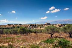 Ajardine com ruínas velhas perto de Aptera na ilha da Creta, Grécia Foto de Stock