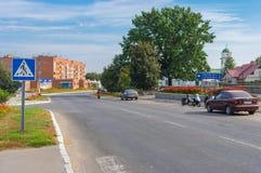 Ajardine com a rua central da cidade ucraniana pequena no fim de semana outonal Imagem de Stock Royalty Free