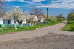 Ajardine com a rua na vila de Kalynivka, oblast de Dnepropetrovskaya, Ucrânia Imagens de Stock