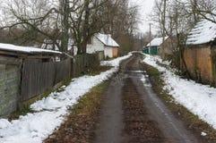 Ajardine com a rua vazia da vila rural Pidstavky, oblast de Sumskaya, Ucrânia Imagens de Stock Royalty Free