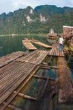 Ajardine com a silhueta do homem no lago Chieou Laan, Tailândia Imagem de Stock Royalty Free