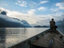 Ajardine com a silhueta do homem no lago Chieou Laan, Tailândia Foto de Stock