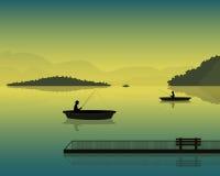 Ajardine com a silhueta dos pescadores em um barco no por do sol, nas montanhas e nas florestas Imagem de Stock Royalty Free