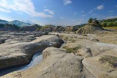 Ajardine com solo vulcânico, canal natural do dreno e montes Foto de Stock Royalty Free