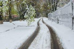 Ajardine com a tempestade da neve da estrada depois de abril na cidade de Dnepr, Ucrânia Imagens de Stock Royalty Free