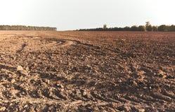 Ajardine com a terra agrícola das planícies, arada recentemente e Fotografia de Stock Royalty Free