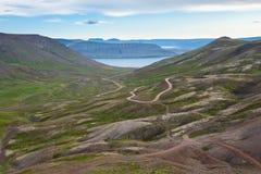 Ajardine com a trilha incrível do ofroad, passagem de montanha através dos fiordes, Islândia Imagem de Stock