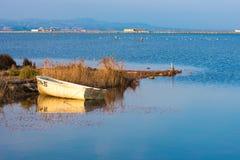 Ajardine com um barco no delta de Ebro, Tarragona, Catalunya, Espanha Copie o espaço para o texto Fotografia de Stock Royalty Free