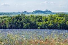 Ajardine com um campo, os montões do desperdício da mina de carvão Fotografia de Stock Royalty Free