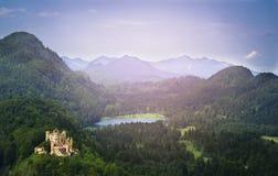 Ajardine com um castelo em um fundo das montanhas e dos lagos Imagens de Stock Royalty Free