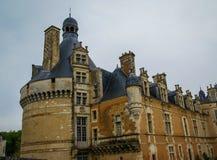 Ajardine com um castelo medieval em Touffou, França Foto de Stock Royalty Free