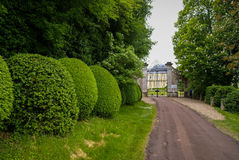Ajardine com um castelo medieval em Touffou, França Foto de Stock