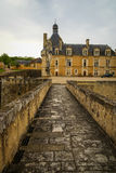 Ajardine com um castelo medieval em Touffou, França Imagens de Stock
