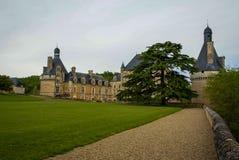 Ajardine com um castelo medieval em Touffou, França Fotos de Stock