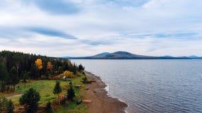 Ajardine com um grande lago nas montanhas de Ural Imagens de Stock