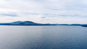 Ajardine com um grande lago nas montanhas de Ural Fotografia de Stock Royalty Free