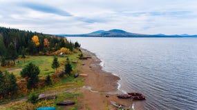 Ajardine com um grande lago nas montanhas de Ural Foto de Stock