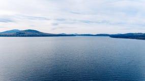 Ajardine com um grande lago nas montanhas de Ural Imagem de Stock