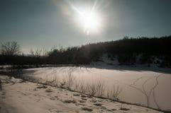 Ajardine com um lago congelado do pato e as montanhas de Cáucaso grande em Sheki, Azerbaijão Fotografia de Stock