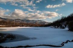 Ajardine com um lago congelado do pato e as montanhas de Cáucaso grande em Sheki, Azerbaijão Imagem de Stock Royalty Free