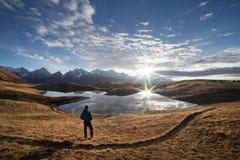 Ajardine com um lago da montanha e um nascer do sol bonito Foto de Stock