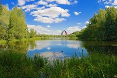 Ajardine com um lago e um arco da ponte Fotografia de Stock Royalty Free