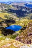 Ajardine com um lago glacial nas montanhas de Fagaras Imagem de Stock