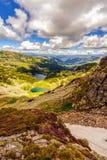 Ajardine com um lago glacial nas montanhas de Fagaras Fotos de Stock