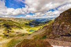 Ajardine com um lago glacial nas montanhas de Fagaras Imagens de Stock