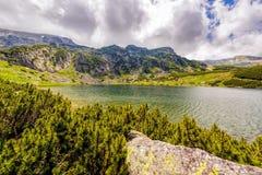 Ajardine com um lago glacial nas montanhas de Fagaras Fotos de Stock Royalty Free