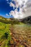 Ajardine com um lago glacial nas montanhas de Fagaras Fotografia de Stock