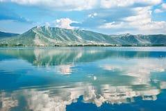 Ajardine com um lago Orestiada, reflexão das nuvens na água Imagem de Stock