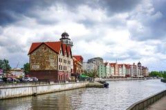 Ajardine com um marco arquitetónico da cidade perto do rio Pregolya no tempo nebuloso da mola Fotos de Stock Royalty Free