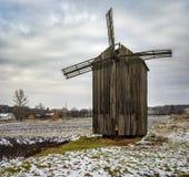 Ajardine com um moinho de vento de madeira antigo na vila de Dikanka, Ucrânia Imagens de Stock
