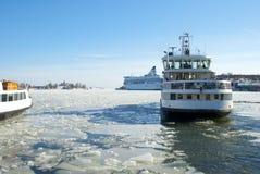 Ajardine com um navio e a tração do gelo Foto de Stock