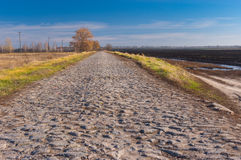 Ajardine com um oblast velho de Poltavskaya da estrada da pedra, Ucrânia Fotografia de Stock