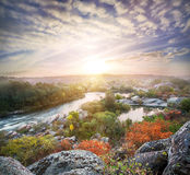 Ajardine com um rio da montanha que flui entre as rochas Imagens de Stock
