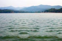 Ajardine com um rio e uma montanha em Ásia, Tailândia Imagens de Stock Royalty Free