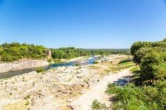 Ajardine com um rio Gard perto do aqueduto famoso Pont du Gard, França Imagem de Stock Royalty Free