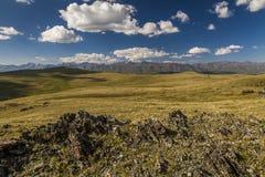 Ajardine com um vale, as montanhas e as rochas Fotografia de Stock