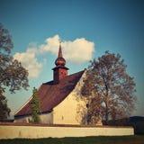 Ajardine com uma capela bonita perto do castelo Veveri Cidade de República Checa de Brno A capela da mãe do deus Fotografia de Stock