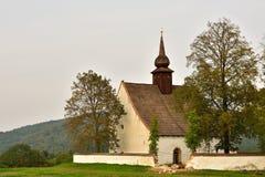 Ajardine com uma capela bonita perto do castelo Veveri Cidade de República Checa de Brno A capela da mãe do deus Imagens de Stock Royalty Free