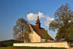 Ajardine com uma capela bonita perto do castelo Veveri Cidade de República Checa de Brno A capela da mãe do deus Fotografia de Stock Royalty Free