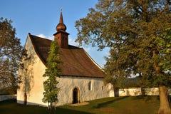 Ajardine com uma capela bonita perto do castelo Veveri Cidade de República Checa de Brno A capela da mãe do deus Fotos de Stock