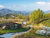 Ajardine com uma casa da vila pelo rio Imagem de Stock
