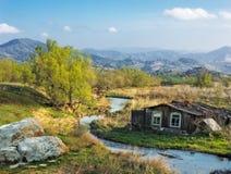 Ajardine com uma casa da vila pelo rio Imagens de Stock