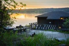 Ajardine com uma casa no lago em Carélia Foto de Stock